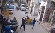 Video: Kinh hoàng cảnh chó điên lao vào tấn công người dân