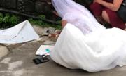 """Video: Cô dâu cặm cụi ngồi trước ngõ """"cộng sổ"""", mặc kệ quan viên hai họ trong hôn trường"""