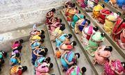 Video: Hàng trăm phụ nữ ăn cơm trộn cát cầu thần ban con ở Ấn Độ