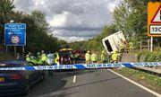 Em bé cất tiếng khóc chào đời ngay tại hiện trường vụ tai nạn lật xe khách ở Anh