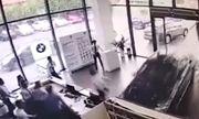 Video: Nhầm chân phanh, cô gái lao thẳng ô tô vào quầy lễ tân của cửa hàng BMW