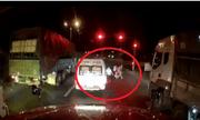 Clip: Phẫn nộ cảnh nhân viên nhà xe đánh người dã man trong đêm