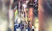 Biển quảng cáo bất ngờ đổ sập, đè chết 3 người đi đường