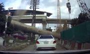 Video: 2 cô gái thoát chết thần kỳ sau khi cột thép 4 tấn rơi xuống, đè bẹp xe Mercedes