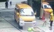 Video: Tức giận vì cảnh mẹ đẩy con ngã vào ô tô để ăn vạ