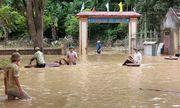 Nghệ An: Học sinh lội bì bõm, bàn ghế ngập bùn đất ngày tựu trường
