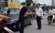 Video: Thanh niên vác điếu cày dọa đánh tài xế ôtô giữa phố Hà Nội