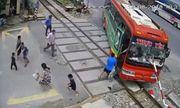 Video: Mất lái, xe khách bị thanh chắn tàu hỏa đâm xuyên buồng lái