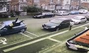 Video: Tên côn đồ cầm mã tấu bị ôtô tông văng 15m trên phố