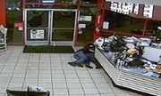 Nổ súng tại cửa hàng tiện lợi và hành động đáng ngưỡng mộ của 2 khách hàng