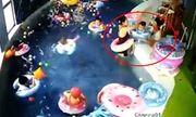Video: Kinh hoàng giây phút bé trai 3 tuổi bị lật phao, suýt chết đuối trong bể bơi mầm non