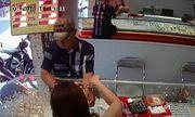 Mánh khóe dùng đô la giả để mua vàng của người đàn ông lạ mặt