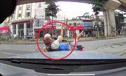 Video: Mẹ đèo con nhỏ đi ngược chiều, tông thẳng vào ô tô