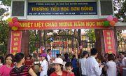 """Hà Nội: Trường bị tố """"lạm thu"""" gần 7,5 triệu đồng, phụ huynh đứng kín cổng dõi theo con ngày khai giảng"""