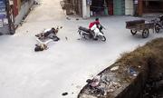 Video: 2 xe máy đâm sầm vào nhau giữa ngã tư, 1 xe rơi xuống mương