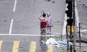 Video: Bố bắt 2 con đứng co ro tạo dáng chụp ảnh trong siêu bão Mangkhut