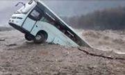 Video: Kinh hãi cảnh xe khách bị cuốn phăng xuống dòng lũ dữ