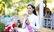 Ngẩn ngơ ngắm Hoa hậu Tiểu Vy xinh đẹp diện áo dài về thăm trường cũ