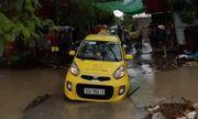 Xuống xe kiểm tra lúc trời mưa to, tài xế taxi bị rơi xuống cống giữa phố tử vong