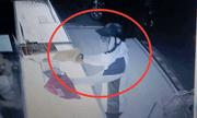 Bị đe dọa, nhân viên tiệm vàng nhanh trí giật lại dây chuyền từ tay tên cướp