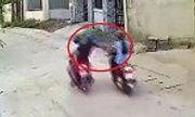 Video: 2 tên cướp chạy xe máy áp sát, giật điện thoại của nữ công nhân