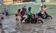 Người dân Sài Gòn loay hoay tìm đường thoát triều cường