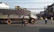 Cụ ông 77 tuổi đi xe đạp sang đường bị xe tải tông tử vong
