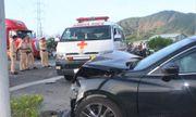 Mazda 6 tông xe cấp cứu vượt đèn đỏ, nữ y tá văng xuống đường