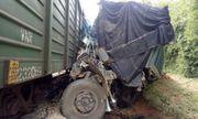 Hà Tĩnh: Va chạm với tàu hỏa, ô tô tải bị đâm nát đầu