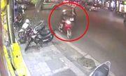 Video: Tên cướp giật phăng điện thoại của cô gái đi bộ trên phố Hà Nội