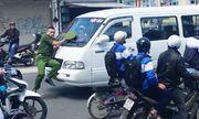 Video: Cảnh sát bị đẩy hơn 100m vì tài xế ngoan cố không dừng lại