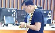 Xôn xao người đàn ông đeo 8kg vàng trên người đi mua điện thoại