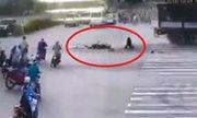 Video: Tài xế Grab thoát chết ngoạn mục như phim trước đầu xe tải