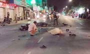 Hai xe máy đối đầu, 3 người nằm bất động giữa đường