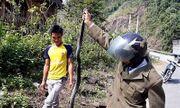 Video: Tay không tóm sống rắn hổ mang