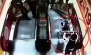 Video: Thót tim cảnh cậu bé cho xe chở em trai trôi tự do ở thang máy