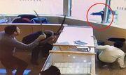 Video: Bị nhân viên tiệm vàng dùng kiếm đánh trả, băng cướp phải