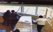 Video: Mang súng cướp tiệm vàng, bị nhân viên vung gươm đuổi trối chết