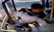 Video: Người đàn ông ném bom lên xe buýt khiến 17 người bị thương