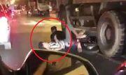 Video: Thót tim 2 thanh niên phóng xe máy chui thẳng vào gầm xe tải khi đi