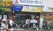 Nhân chứng bàng hoàng kể lại giây phút nghi phạm xông vào cướp ngân hàng ở TP.HCM