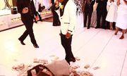 Nam ca sĩ đổ tiền tỷ xuống sàn nhà mừng đám cưới mẹ
