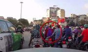 Video: Tài xế ô tô bóp còi, cô gái thoát