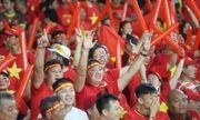Mưa lớn, cổ động viên Việt Nam vẫn có mặt đông đủ tại