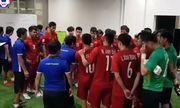 Video: Xúc động cảnh thầy trò đội tuyển Việt Nam động viên nhau