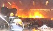 Cháy xưởng gỗ ở Bình Dương, công nhân khóc ngất khi toàn bộ máy móc, sản phẩm bị thiêu rụi