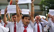 Hàng trăm tài xế Vinasun náo loạn trước Viện KSND TP.HCM, tố