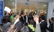 Hà Nội lạnh 8 độ, fan Việt vẫn tập trung kín sảnh sân bay đón thành viên Weslife