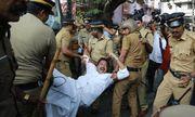 Hai phụ nữ đầu tiên vào đền thiêng Ấn Độ phải ẩn náu vì làn sóng biểu tình bạo lực