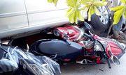Tin tai nạn giao thông mới nhất ngày 6/1/2019: Lùi ôtô từ nhà ra đường, nữ tài xế cuốn 4 xe máy vào gầm